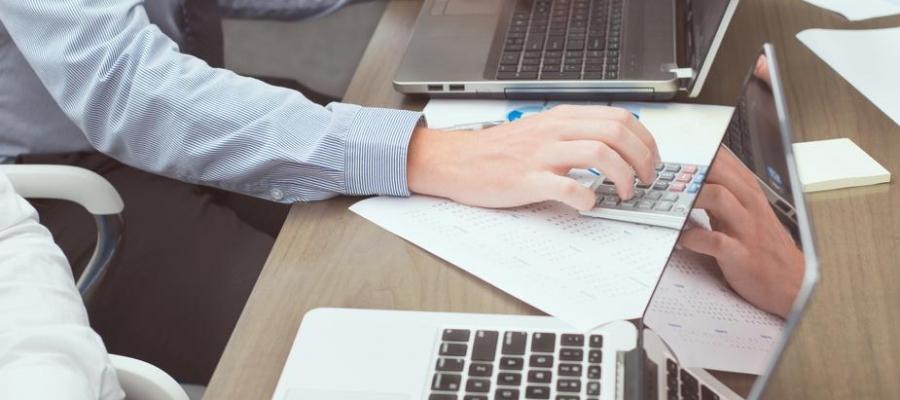 Laptop biznesowy – jak wybrać notebook do biura?